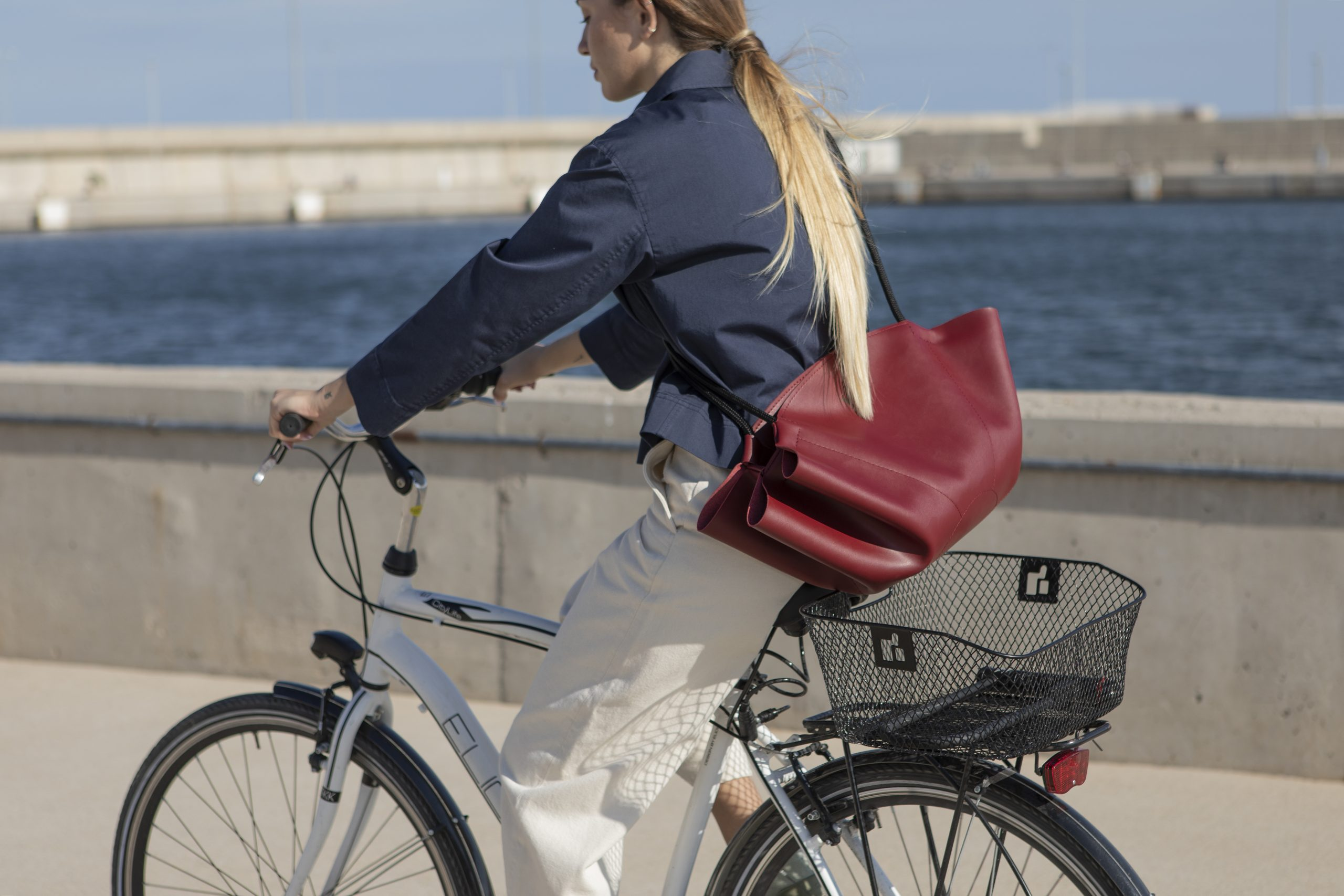 Bolso vira zero garnet chica bicicleta